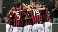 Pemain AC Milan, Mateo Musacchio dan rekan setimnya merayakan gol ke gawang HNK Rijeka dalam laga Grup D Liga Europa di San Siro, Kamis (28/9). Bertindak sebagai tuan rumah, Rossoneri –julukan Milan– sukses meraih kemenangan 3-2. (AP/Luca Bruno)