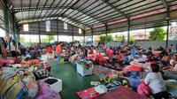 Ribuan pengungsi di Perumahan Total Persada, Gembor, Periuk, Kota Tangerang, mulai memadati titik pengungsian. Seperti di GOR, masjid dan juga sekolah dasar yang berdekatan dengan lokasi, Sabtu (20/2/2021).