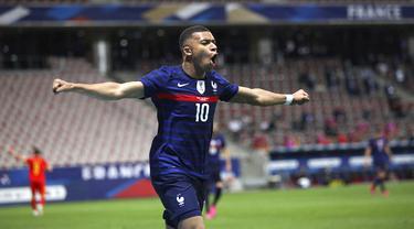 Pemain Prancis Kylian Mbappé melakukan selebrasi usai mencetak gol ke gawang Wales pada pertandingan persahabatan di Stadion Allianz Riviera, Nice, Prancis, Rabu (2/6/2021). Prancis membantai Wales 3-0. (AP Photo/Daniel Cole)