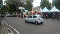 Jalan di depan Masjid Sunda Kelapa dibuka kembali usai penemuan tas mencurigakan. Tas ternyata berisi baju dan sarung, Selasa (31/12/2019). (Liputan6.com/ Putu Merta Surya Putra)