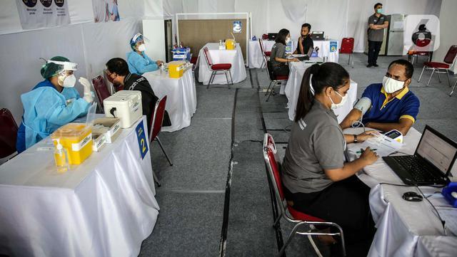 FOTO: Pekerja Swasta Ikuti Program Vaksinasi Gotong Royong
