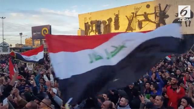 Ribuan warga Irak bersorak-sorai sembari mgibarkan bendera negaranya tanda kemenangan Irak atas ISIS.