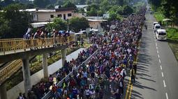 Rombongan imigran Honduras berjalan kaki menuju Amerika Serikat di negara bagian Chiapas, Meksiko, 21 Oktober 2018. Rata-rata para imigran melarikan diri karena kondisi di Honduras sudah tidak aman. (Pedro Pardo/AFP)