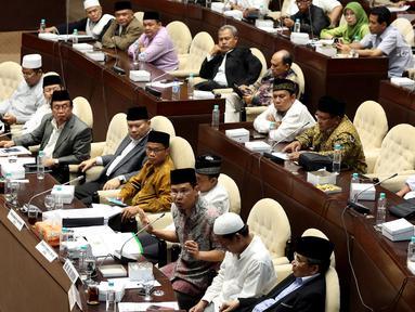 Perwakilan ormas menyampaikan pendapatnya dalam rapat dengar pendapat umum dengan Komisi II DPR di Kompleks Parlemen, Senayan, Jakarta, Kamis (19/10). Rapat melanjutkan pembahasan soal Perppu Nomor 2/2017 tentang Ormas. (Liputan6.com/Johan Tallo)
