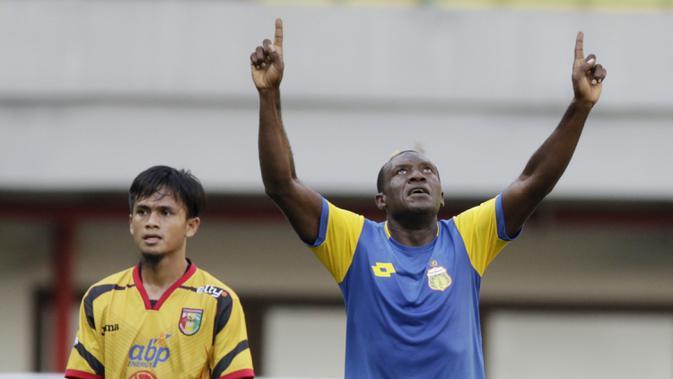 Striker Bhayangkara FC, Herman Dzumafo, melakukan selebrasi usai membobol gawang Mitra Kukar pada laga Piala Presiden 2019 di Stadion Patriot, Jawa Barat, Senin (11/3). Bhayangkara FC menang 2-1 atas Mitra Kukar. (Bola.com/M Iqbal Ichsan)