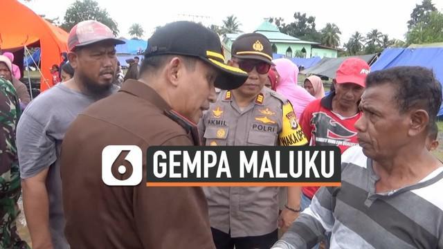Presiden Jokowi memberikan 500 paket bantuan kepada korban gempa di Seram Barat, Maluku. Pembagian sempat ricuh karena ada warga yang tidak mendapatkan bantuan.