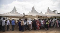 Orang-orang berkumpul untuk membeli domba jelang perayaan Idul Adha di sebuah pasar di pinggiran Rabat, Maroko, Kamis (30/7/2020). (AP Photo/Mosaab Elshamy)
