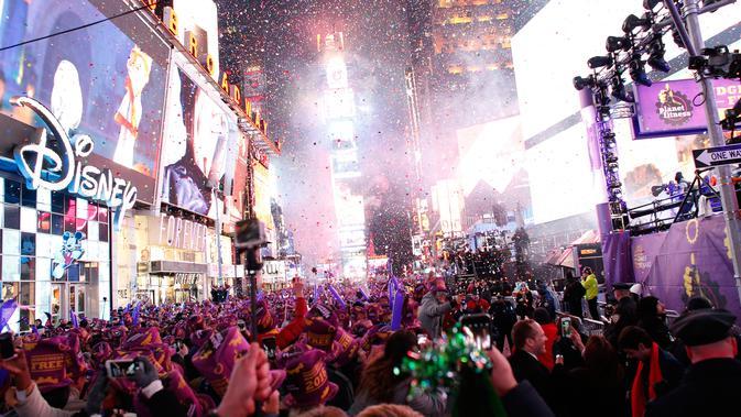 Kemeriahan warga New York saat perayaan tahun baru di Times Square, New York, AS  (1/1/2016). (AFP Photo / Kena Betancur)