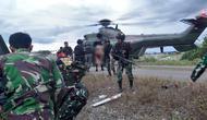 Pasukan TNI diserang KKB saat patroli di Distrik Kenyam, Nuda, Papua, Kamis (26/11/2020). Tiga prajurit yang terluka dievakuasi menggunakan helikopter. (Dok Puspen TNI)