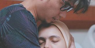 """Potret mengharukan Nycta Gina jelang melahirkan dibagikan di akun Instagram. """"BUKAAN MOMENT"""" pasangan ini memberikan keterangan dalam 9 foto yang dibagikan. (Instagram/missnyctagina)"""