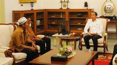 Presiden Joko Widodo (Jokowi) menerima kedatangan dua pedagang yang tokonya dijarah perusuh aksi 22 Mei, di Istana Merdeka, Jumat (24/5/2019). Pedagang Abdul dan Ismail ini mengalami kerugian setelah warung kopinya di Jl H Agus Salim dan di KH Wahid Hasyim dijarah massa. (Liputan6.com/Angga Yuniar)