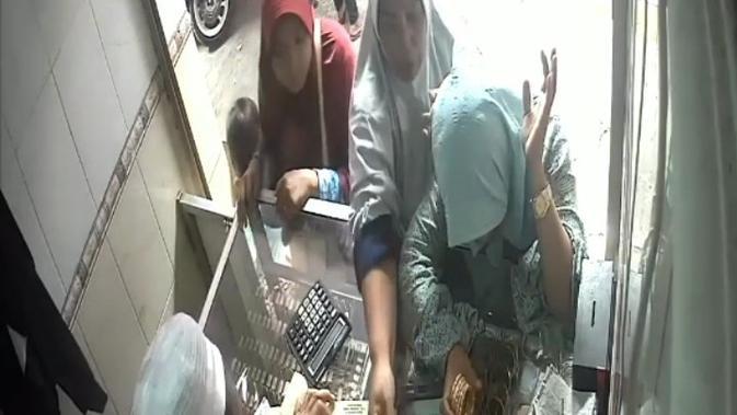 Komplotan Emakmak-emak terekam CCTV saat mencuri gelang emas (Liputan6.com/Fahrul)