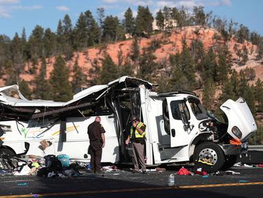 Pihak berwenang berada di lokasi kecelakaan sebuah bus wisata berisi turis China di dekat Taman Nasional Bryce Canyon, barat daya Utah, Amerika Serikat, Jumat (20/9/2019). Sedikitnya empat orang tewas dan 15 lainnya kritis dalam insiden naas tersebut. (Spenser Heaps/The Deseret News via AP)