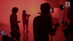 Suasana prosesi syuting video klip Aurel Hermansyah di kawasan Jakarta Barat, Kamis (25/10). Putri dari dari Anang Hermansyah ini menggarap video klip single terbaru berjudul 'kau jadi miliku'. (Liputan6.com/Faizal Fanani)