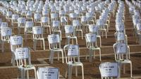 Seribu kursi yang melambangkan jumlah kematian virus corona diletakkan di Rabin Square, Tel Aviv, Senin (7/9/2020). Israel melewati tonggak sejarah 1.000 kematian baru akibat COVID-19 akhir pekan ini setelah jumlah korban meningkat tiga kali lipat selama musim panas. (AP Photo/Sebastian Scheiner)