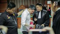 Artis Steve Emmanuel (tengah) mendengarkan kuasa hukumnya saat sidang putusan kasus narkoba di Pengadilan Negeri Jakarta Barat, Selasa (16/7/2019). Steve divonis lebih rendah dari tuntutan jaksa karena menyesali perbuatannya. (Liputan6.com/Faizal Fanani)
