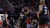 Pemain Houston Rockets, James Harden (13) berhasil melakukan tembakan tiga angka saat melawan Lakers pada lanjutan NBA basketball game di Toyota Center, Houton, (31/12/2017). Rockets menang 148-142. (AP/Michael Wyke)