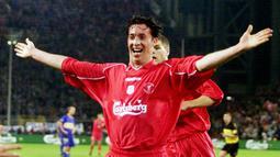 4. Robbie Fowler (Liverpool) - Legenda The Reds ini mampu menorehkan tiga gol dalam waktu 4 menit 33 detik saat berhadapan dengan Arsenal pada musim 1994/95. Ketiga gol dari Fowler terjadi di menit 26, 29 dan 31. (AP/Frank Augstein)