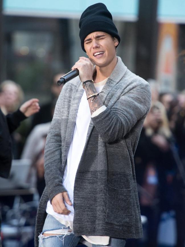 Namun beberapa waktu lalu kejadian tak mengenakan datang padanya. Ketika berada di atas panggung, Justin Bieber dilempar botol plastik, dan untungnya ia bisa menghindari botol tersebut. (AFP/Bintang.com)