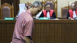 Mantan Direktur Produksi dan Teknologi Krakatau Steel Wisnu Kuncoro saat menjalani sidang dakwaan di Pengadilan Tipikor, Jakarta, Rabu (14/8/2019). Wisnu Kuncoro didakwa menerima suap terkait persetujuan proyek pengadaan dua unit boiler berkapasitas 35 ton. (Liputan6.com/Helmi Fithriansyah)