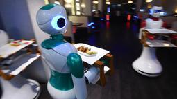 Pelayan robot buatan Nepal mengantarkan makanan untuk pelanggan di restoran Naulo, Kathmandu pada 26 Oktober 2018. Dikenal sebagai bangsa Himalaya miskin, robot buatan start-up lokal Paaila Technology itu mendobrak dunia masa depan. (Prakash MATHEMA/AFP)
