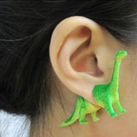 Anting dinosaurus ini buat penampilan kamu makin yahud. (via: Boredpanda.com)