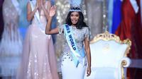Miss Jamaika, Toni-Ann Singh melambaikan tangan seusai dinobatkan sebagai Miss World 2019 pada grand final di ExCeL, London, Sabtu (14/12/2019). Toni-Ann, 23, berhasil menyingkirkan 100 wanita tercantik dari berbagai negara. (DANIEL LEAL-OLIVAS / AFP)