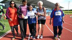 Seorang wanita berusia 101 tahun asal India, Man Kaur merayakan kemenangannya usai berkompetisi dalam lari sprint 100 meter di kategori usia 100+ di World Masters Games di Trusts Arena di Auckland (24/4). (AFP Photo/Micheal Bradley)