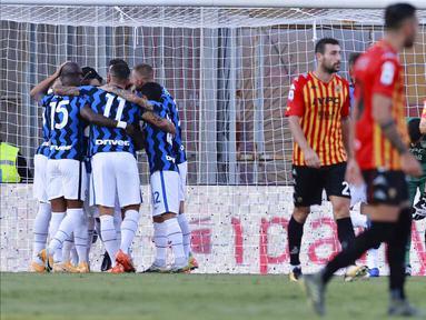 Para pemain Inter Milan merayakan gol yang dicetak oleh Romelo Lukaku ke gawang Benevento pada laga Liga Italia di Stadion Ciro Vigorito, Rabu (30/9/2020). Inter Milan menang dengan skor 5-2. (Alessandro Garofalo/LaPresse via AP)