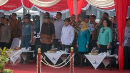 Wapres Jusuf Kalla (tengah) mengikuti pelepasan Ekspedisi Nusantara Jaya 2015 di Jakarta, Senin (1/6/2015). Ekpedisi tersebut mendorong terwujudnya tol laut yang diharapkan dapat memperkuat konektivitas antara pulau. (Liputan6.com/Faizal Fanani )