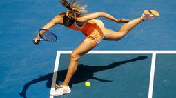 Maria Sharapova berusaha mengembalikan bola pukulan petenis Amerika Serikat, Serena Williams pada perempat final turnamen tenis Australia Open 2016 di Melbourne Park (26/1). Williams Kalahkan Sharapova 6-4, 6-1. (REUTERS/Jason Reed)