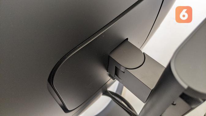 Engsel untuk ubah sudut dan ketinggian Xiaomi Mi Curved Gaming Monitor. (Liputan6.com/ Yuslianson)