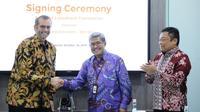 Presdir & CEO Indosat Ooredoo, Ahmad Al Neama (kiri), CEO Mitratel, Herlan Wijanarko (tengah), dan Dirut Telkom Indonesia, Ririek Adriansyah (kanan) saat penandatanganan perjanjian jual beli menara di Kantor Pusat Indosat Ooredoo, Jakarta (14/10/2019).