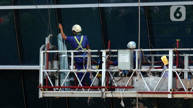 Pekerja melakukan perawatan gedung bertingkat di Jakarta, Rabu (28/7/2021). Subsidi upah sebesar Rp 1 juta akan diberikan kepada pekerja dengan syarat gaji di bawah Rp 3,5 juta dan sudah terdaftar di BPJS Ketenagakerjaan. (Liputan6.com/Angga Yuniar)