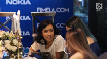 Beberapa selebgram berbincang saat acara #Nokiatributetomom yang diselenggarakan Fimela.com dan Nokia di Kota Kasablanka, Jakarta, Minggu (27/5). Pihak Nokia memperkenalkan produk terbarunya. (Liputan6.com/Helmi Fithriansyah)