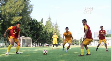 Pemain Bhayangkara FC saat latihan jelang laga perdana Liga 1 di Lapangan ABC Senayan, Jakarta, Senin (19/3/2018). Bhayangkara FC akan berhadapan dengan Persija Jakarta. (Bola.com/Asprilla Dwi Adha)