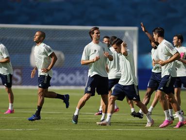 Para pemain Spanyol berlari saat sesi latihan di Stadion La Cartuja, Seville, Spanyol, Minggu (13/6/2021). Spanyol akan bermain melawan Swedia dalam Grup E Euro 2020 pada 13 Juni 2021 waktu setempat. (AP Photo/Thanassis Stavrakis)