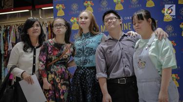 Model Madeline Stuart foto bersama dengan penggemarnya saat meet and greet di Alleira Batik Plaza Indonesia, Jakarta, Rabu (20/3). Madeline Stuart adalah model penderita down syndrome pertama asal Australia. (Liputan6.com/Faizal Fanani)