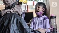 Petugas paramedis memeriksa kesehatan gigi salah seorang anak sebelum mengikuti program BIAS di Kantor Kelurahan Tamansari, Jakarta, Selasa (24/11/2020). BIAS dilakukan dengan konsisten menerapkan protokol kesehatan COVID-19. (merdeka.com/Iqbal S. Nugroho)