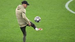 Pelatih Atletico Madrid, Diego Simeone, mengontrol bola saat sesi latihan jelang laga babak 16 besar Liga Champions di The National Arena, Rumania, Senin (22/2/2021). Wakil Spanyol itu akan berhadapan dengan Chelsea. (AFP/Daniel Mihalescu)