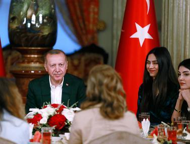 Ekspresi Gelandang Arsenal Saat Buka Puasa Bersama Presiden Turki