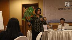 Executive Director of Coral Triangle Center Rili Djohari saat workshop untuk wartawan tentang perikanan berkelanjutan, Jakarta, Selasa (16/10). Workshop ini merupakan rangkaian penyelenggaraan Our Ocean Conference. (Liputan6.com/Angga Yuniar)