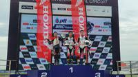 Pembalap AHRT, Herlian Dandi (kiri), meraih podium kedua pada balapan pertama di ajang Thailand Talent Cup (TTC) 2019 di Chang International Circuit, Thailand, Sabtu (24/7/2019). (AHM)