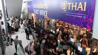 Penumpang menunggu di loket tiket Thai Airways di Bandara Internasional Suvarnabhumi di Bangkok (28/2). Pembatalan penerbangan tersebut karena konflik yang memanas antara India dan Pakistan di perbatasan Kashmir. (AFP Photo/Lillian Suwnrumpha)