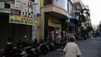 Suasana pertokoan yang dijual hingga disewakan akibat dampak pandemi Covid-19 di Pasar Baru, Jakarta, Sabtu (14/8/2021). Pemerintah resmi menanggung PPN 10 persen atas sewa toko atau gerai para pedagang eceran guna mendorong dunia usaha agar bertahan dari krisis pandemi. (Liputan6.com/Faizal Fanani)