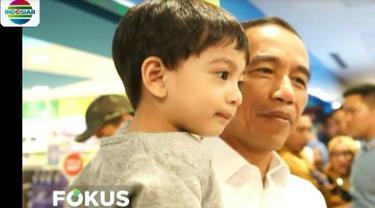 Bersama dua putranya, Kaesang Pangarep dan Gibran Rakabuming Raka, serta sang cucu Jan Ethes, Jokowi dan rombongan menuju ke sebuah mal di kawasan Malioboro.