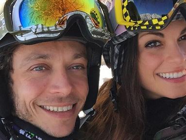 Pembalap motoGP Valentino Rossi berfoto bersama istri cantiknya yang merupakan Miss Italia 2006, Linda Morselli  pada saat musim dingin di Italia 12 Februari 2015. (Instagram/@Valeyellow46)