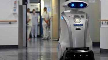 Robot pembersih 'Franzi' membersihkan area pintu masuk rumah sakit di Munich Neuperlach, Jerman selatan pada 12 Februari 2021. Di masa pandemi COVID-19, robot pembersih Franzi telah mempunyai peran baru, yaitu menghibur staf dan pasien di rumah sakit Munich. (Photo by Christof STACHE / AFP)