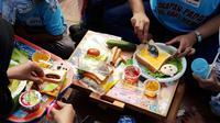Di Taman Proklamasi pada Sabtu (7/9/2019), Gerakan Sarapan Padat Bernutrisi 2019 dengan cara mengkreasikan roti menambahkan sayu dan lainnya. (Liputan6.com/Fitri Haryanti Harsono)