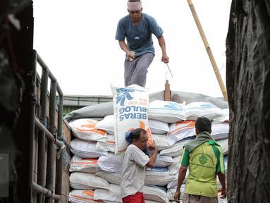 Pekerja menurunkan beras bulog di Pasar Induk Cipinang, Jakarta, (16/2). Kementerian Pertanian mencatat harga beras Desember 2014 hingga Januari 2016 memang mengalami kenaikan, namun berangsur turun pada pekan kedua Februari. (Liputan6.com/Angga Yuniar)